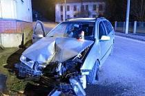 Opilý řidič naboural do zdi kostela ve Zvoli