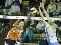 Olomoucké volejbalistky (v oranžovém) podlehly ve své hale Prostějovu 0:3.