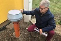 V mateřské škole v Blatci dokončili protiradonová opatření. Na snímku starosta obce Mojmír Dostál vysvětluje zapojení ventilátoru.