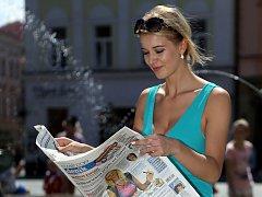 Česká Miss Gabriela Franková čte Olomoucký deník. Ilustrační foto