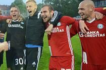 Michal Vepřek vpravo. Olomoučtí fotbalisté slaví ve Znojmě postup do první ligy