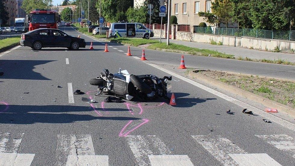 Tragická srážka octavia a skútru na křižovatce ulic Foerstrova-Pražská-třída Míru, 2. června 2021