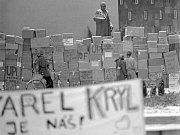 Krabicová zeď kolem okresního výboru KSČ (dnes právnická fakulta). Sametová revoluce v Olomouci