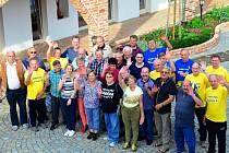 Společná fotka ze setkání lidí s transplantovaným srdcem, několika jejich blízkých a lékařů.