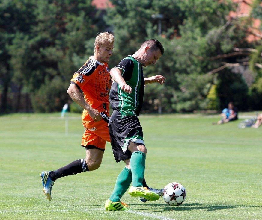 Fotbalisté Sigmy (v oranžovém) prohráli s MFK Skalica 0:2. Marek Schmidt (vlevo