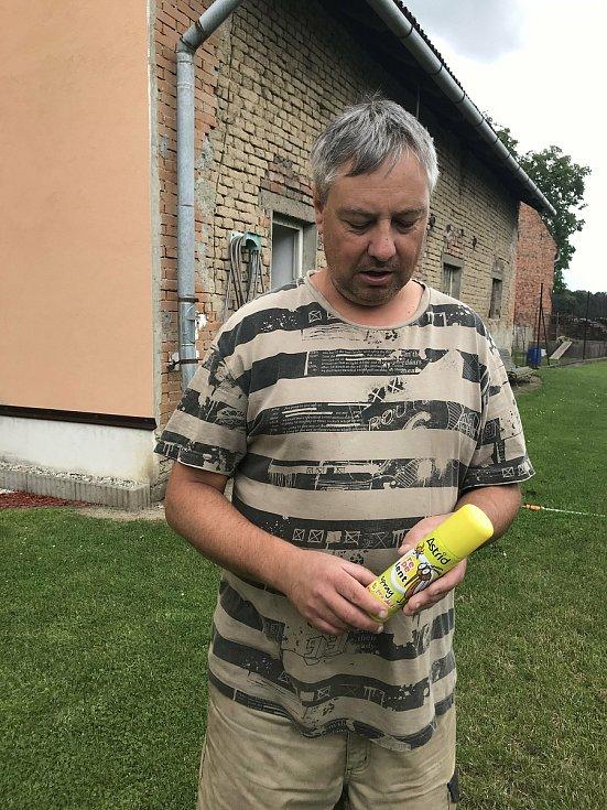 Bez ochranných sítí v oknech a repelentů se obyvatelé Střeně neobejdou. 7.7. 2020