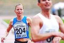 Petra Kamínková bojuje na trati.