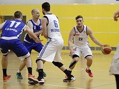 Tým Basketbal Olomouc (v bílém) v městkém derby proti SK UP Olomouc