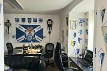 Originálně vybavená pražská kancelář Davida Jaroměřského sigmáckými suvenýry.