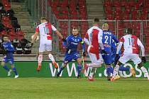 Sporná situace před první penaltou pro Slavii. Zahrál Jan Kuchta opravdu rukou?