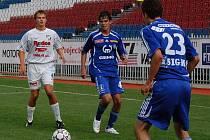 Brazilec Daniel Bueno (uprostřed).