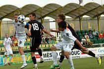 Fotbalisté Slovácka B (v bílém) překvapivě zvítězili v zápase 4. kola Moravskoslezské fotbalové ligy na hřišti 1. HFK Olomouc 2:1.