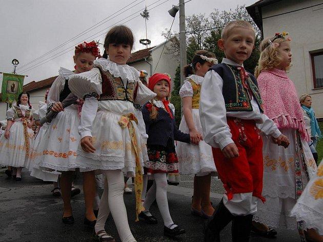Tradičním průvodem oslavili hodovou neděli obyvatelé obce Samotišky na Olomoucku.