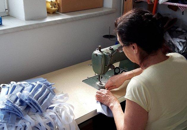 Ivana Coufalová žije vuzavřené Litovli, kde vyrábí jednu roušku za druhou. Právě roušky místní nejvíce postrádají. Idíky ní jsou místní prodavačky klidnější a na odpolední směnu nastoupili zaměstnanci továrny na výrobu těstovin, kteří by se bez její pom