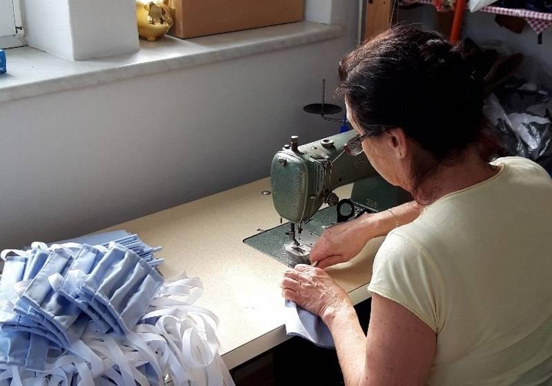 Ivana Coufalová žije v uzavřené Litovli, kde vyrábí jednu roušku za druhou. Právě roušky místní nejvíce postrádají. I díky ní jsou místní prodavačky klidnější a na odpolední směnu nastoupili zaměstnanci továrny na výrobu těstovin, kteří by se bez její pom