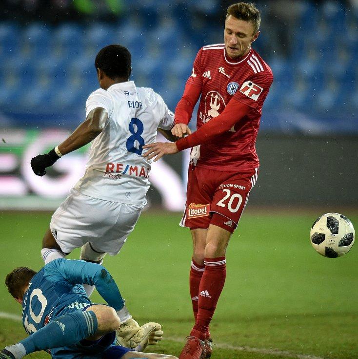 Utkání 19. kola první fotbalové ligy: Baník Ostrava - Sigma Olomouc, 14. prosince 2018 v Ostravě. Na snímku (zleva) brankář Olomouce Miloš Buchta, Dame Diop a Šimon Falta.