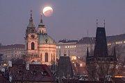 Úplné zatmění Měsíce v centru Prahy 21. ledna 2019
