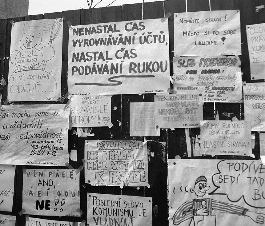 Plakátová ohrada v Denisově ulici. Sametová revoluce v Olomouci