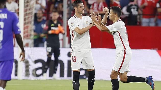 Sevillský Jesus Navas (vpravo) slaví gól do sítě maďarské Újpesti v zápase Evropské ligy
