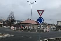 Od soboty je otevřen průjezd Šternberkem ve Věžní ulici, nadjezd. Na snímku nový kruhový objezd, 13. prosince 2020