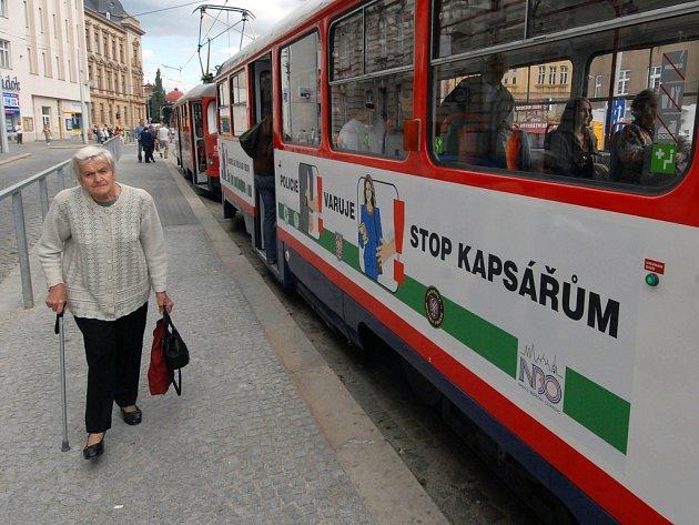 Nápisy na tramvajích varují cestující.