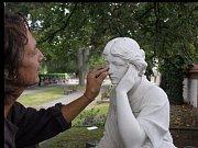 Restaurátorské obnovy se dočkala nejkrásnější socha a čerstvá kulturní památka hřbitova v Uničově na Olomoucku.