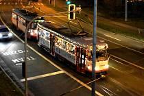 Vánočně vyzdobená tramvaj v Olomouci. Ilustrační foto
