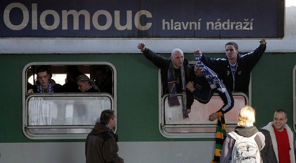 Příjezd příznivců Baníku na olomoucké nádraží.