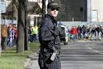 Policejní hlídka v Dobrovského ulici.