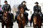 Fanoušky doprovázeli i policisté na koních.