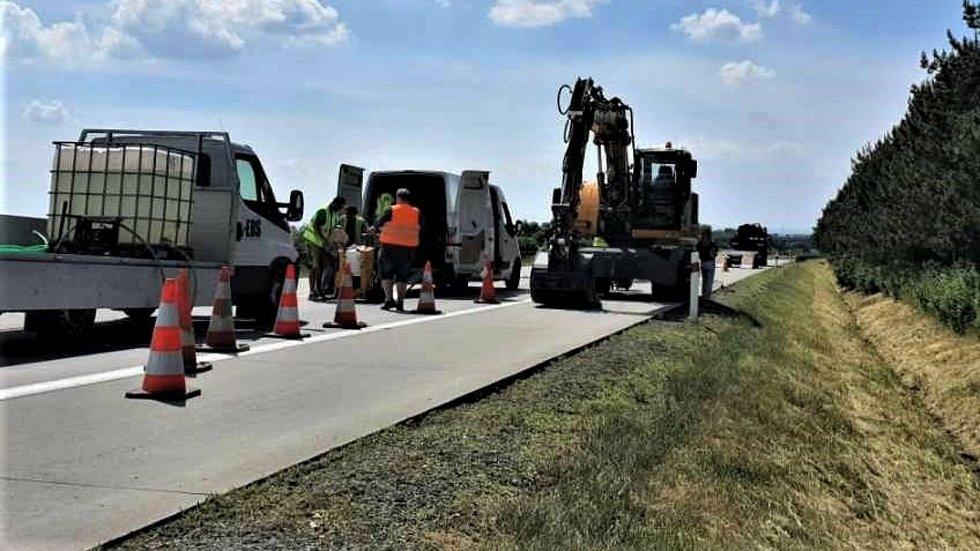 Oprava poškozené dálnice D35 u Přáslavic, červen 2021