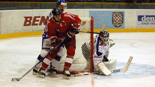 Kapitán HC Olomouc Richard Brančík se tlačí před brněnskou branku.