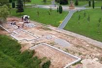 Stavba tzv. hrobodomů na půdorysech vypálených stavení v Javoříčku