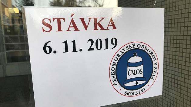 ZŠ Holečkova stávkuje. Dnes se zde neučí.