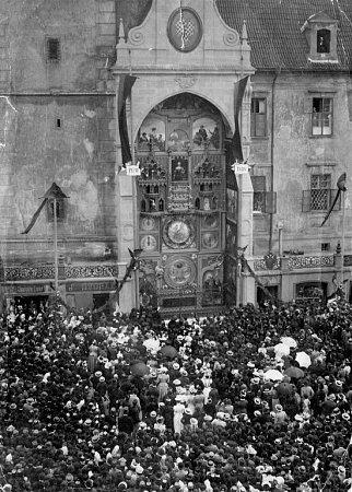 Vroce 1885vznikl spolek pro obnovu orloje. Vůdčí osobností byl  tehdejší olomoucký starosta  Josef von Engel. Vletech 1895-1898proběhla generální rekonstrukce  sinstalací nového stroje a nového číselníku pojatého jako heliocentrické planetárium.