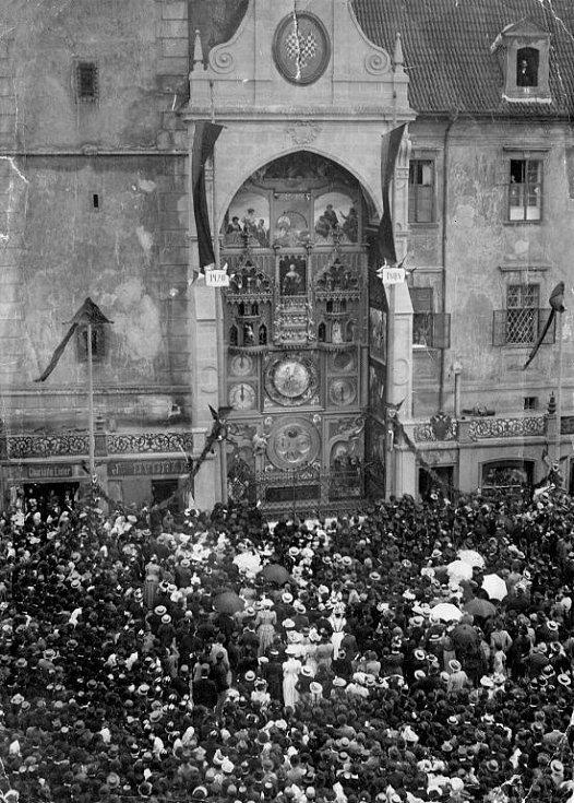 V roce 1885 vznikl spolek pro obnovu orloje. Vůdčí osobností byl  tehdejší olomoucký starosta  Josef von Engel. V letech 1895-1898 proběhla generální rekonstrukce  s instalací nového stroje a nového číselníku pojatého jako heliocentrické planetárium.