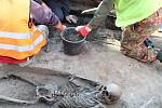 Průzkum archeologů na Dolním náměstí v Olomouci - objev lidských koster