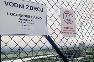 Lidem z Dubu nad Moravou, Charvát a Věrovan po letech hledání řešení konečně teče z kohoutku dobrá pitná voda. Na snímku vrt u Věrovan.