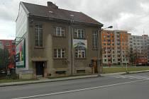 Dům v Rooseveltově ulici, kousek od současné konečné, stojí v cestě dalšímu prodloužení kolejí přes novosadské sídliště.