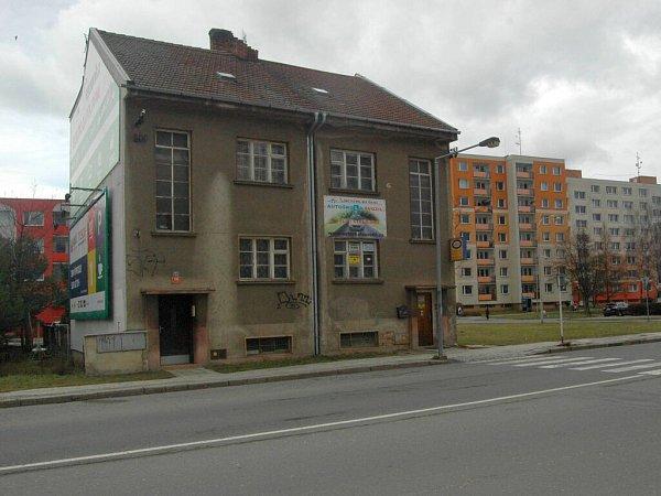 Dům vRooseveltově ulici, kousek od současné konečné, stojí vcestě dalšímu prodloužení kolejí přes novosadské sídliště.
