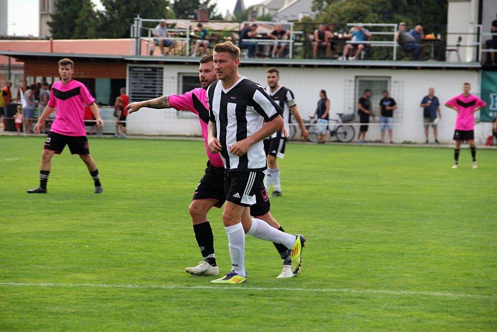 Hodolany (v černobílém) porazily Újezd 5:0.  Marek Heinz