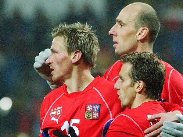 Reprezentanti Karel Poborský (vpravo) a Jan Koller (vzadu) gratulují Marku Heinzovi (vlevo) kjeho prvnímu gólu vdresu národního týmu, který vstřelil 15.listopadu vTeplicích vpřátelském utkání sKanadou.