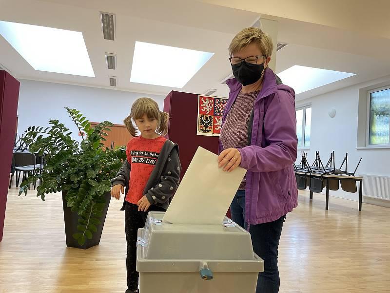 První voliči v Hlušovicích, 8. října 2021