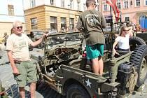 Na olomouckém Horním náměstí se v sobotu 18. července představily historické vojenské vozy. Jaroslav Polák z Veteran car clubu Zlín se svým americkým jeepem.