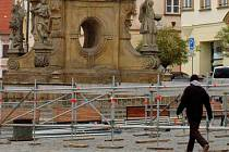 Na Dolním náměstí v Olomouci začali v pondělí dělníci montovat konstrukci venkovního kluziště