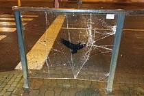 Takto dopadla skleněná výplň zábradlí na zastávce Okresní soud po útoku vandala