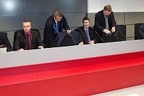 Krajský soud v Olomouci začal projednávat kauzu Vidkun. Karel Kadlec ( druhý zleva ), Radek Petrůj ( čtvrtý zleva ), Jiří Rozbořil ( vpravo )