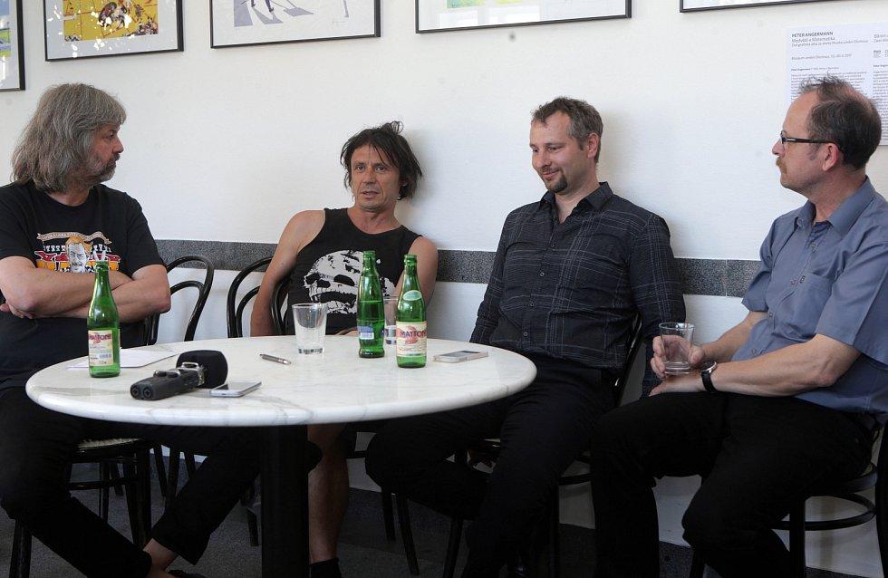 David Černý (druhý zleva)