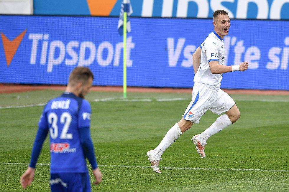 Utkání 29. kola první fotbalové ligy: Sigma Olomouc - Baník Ostrava, 24. dubna 2021 v Olomouci. (vpravo) Filip Kaloč z Ostravy oslavuje gól.