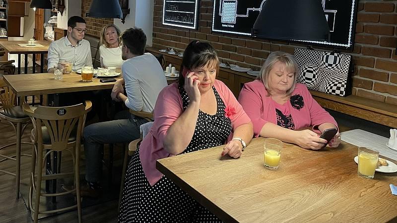 Hana Naiclerová (vpravo) ve volebním štábu Pirátů a Starostů v olomoucké restauraci Riegrovka, 9. října 2021